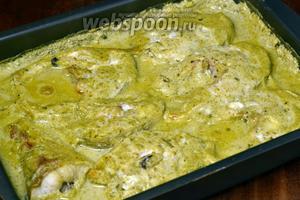 За это время количество соуса должно уменьшиться в объёме, а рыба им пропитаться. Подаём горячим с гарниром из картофеля или риса.