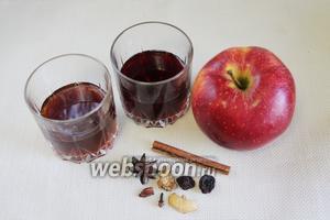 Для приготовления глинтвейна нужно взять чёрный чай, вишнёвый сок, сахар, пряности.