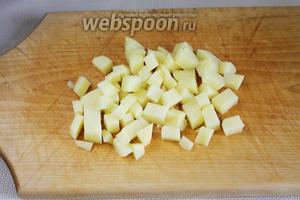 Мелкими кубиками нарезать картофель.