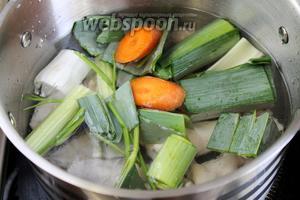 Добавить овощи в кастрюлю к птице. Довести до кипения, убавить огонь и сварить под крышкой бульон.