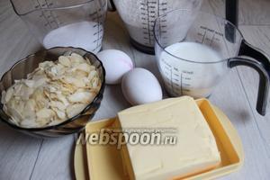 Берём такие продукты — муку, яйца, миндальные лепестки, масло сливочное, кефир, сахар, сливки и мёд.