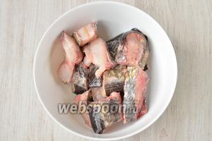 Отрезаю сразу плавники и нарезаю рыбу кубиками на 2 части, сом у меня был уже очищен. Солю по вкусу.