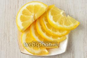 Нарезаю половинку лимона полукольцами, можно среднего и меньше размера.