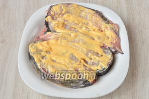 Далее солим сома по вкусу и смазываем сырным соусом.