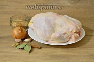 Приготовление кабсы начнём с курицы. Для этого нам понадобятся курица, лук репчптый, чеснок, корица, лавровый лист, кардамон, панировочные сухари, соль, перец горошком, оливковое масло для жарки.