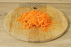 Морковь натираем на крупной тёрке.