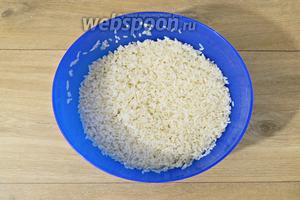Рис тщательно промываем и замачиваем на 20 минут.