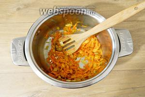 Добавляем к ним морковь и тушим всё вместе ещё 3 минуты.
