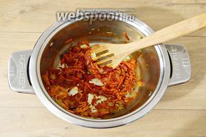 Затем высыпаем томатную пасту и перемешиваем.