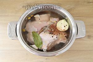 Затем складываем мясо в кастрюлю, добавляем очищенные лук, чеснок и все перечисленные пряности, заливаем водой.
