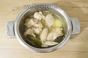 Воду доводим до кипения, снимаем пену и готовим курицу на среднем огне до полной её готовности.