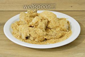 Далее кусочки курицы обваливаем в панировочных сухарях.