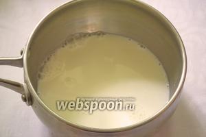 Кастрюлю с толстыми стенками ополосните холодной водой. Слейте воду. Влейте в кастрюлю 500 мл молока. Поставьте на газ. Периодами помешивая доведите молоко до первых бульб.