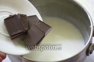 Снимите кастрюлю с огня и добавьте в неё шоколад. Под воздействием горячего молока шоколад разойдётся. Помешивайте до полного растворения.