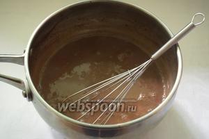Готовый горячий шоколад разлить по чашкам и подать к столу.