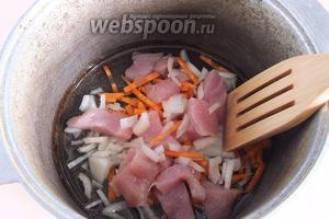Обжарьте мясо и овощи на хорошо разогретом масле в казанке.