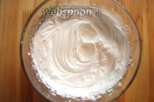 Для крема я использую готовые растительные сливки. Взбиваю их миксером 5 минут согласно инструкции. Всё крем готов.