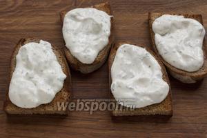 На остывшие тосты выложить готовый сметанный соус.