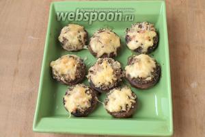 Разогреть духовку до 200 °C и запечь грибы в течении 20-25 минут. Сервировать на блюдо и подавать. Приятного аппетита!