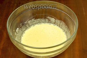 Взбиваем добела яйца с сахаром.