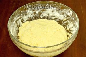 Просеиваем муку и замешиваем тесто в этом шаге вручную. Получается оно немного липким, но добавлять ещё муки не стоит, чтобы печенье не получилось грубым. Тесто ставим в холодильник. Я торопилась и поставила на 15 минут в морозилку.