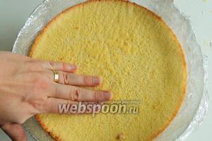 Бисквит за это время остыл или ещё тёплый — не важно. Кладём бисквит на желе свeрху, хорошо придавливая рукой по всей поверхности, но не так, чтобы поломать бисквит или крeм начал вылизать. Для начала на 30 минут в морозильник, не забудем будущий торт накрыть плёнкой, чтобы не нахватался там запахов, не относящихся к нему. Затем ещё на 1 или 1 ч. 30 мин. в холодильник. Важно: не передержите торт в морозильнике, иначе желатин при заморозке теряет свои свойства, в лучшем случае нежный крем будет с малыми шариками желатина.
