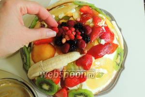 Оставшийся мёд выливаем на середину верха торта и сверху кладём лесные ягоды.