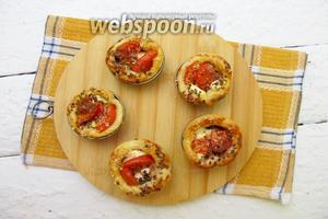 Слойки с помидорами и брынзой готовы. Приятного аппетита.