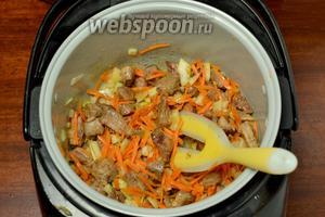 Добавляем к мясу нарезанный лук и морковь, натёртую на тёрке, продолжаем обжаривать вместе.