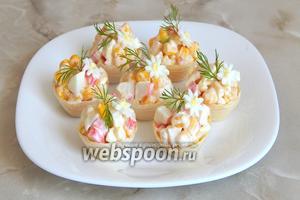 Декор: с помощью вырубки для мастики (если такая есть) вырезаем из белка мини-цветочки. В серединку каждого зубочисткой кладём буквально крошечку желтка. Помещаем цветочек на салат. Украшаем укропом. Приятного аппетита! Балуйте своих любимых такими простыми, но привлекательными блюдами!