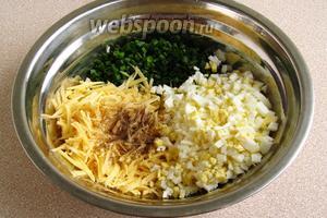 Соединить яйца, сыр и зелёный лук, поперчить и посолить по вкусу.