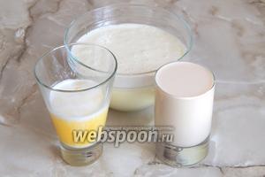 Масло растопим и остудим. Соединим яйца с сахаром, ряженку и масло (немного масла оставим для смазывания формы).