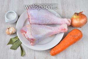 Для того чтобы приготовить холодец из индейки вам понадобится голень индейки, лавровый лист, морковь, лук репчатый, чеснок и соль.