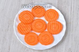 Тем временем нарезаем тонкими кольцами морковь.