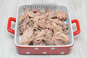 После мясо отделяем от кости и укладываем по холодечницам.
