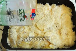 Посыпаем сверху картофеля тёртый сыр Сбринц (заменить можно на Пармезан или другой твёрдый пикантный).