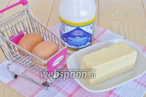 Для крема потребуется  масло, яйца и сгущённое молоко. Для данного торта потребуется полторы порции крема, т. е. количество ингредиентов для крема нужно увеличить в 1,5 раза. Масло должно быть комнатной температуры.