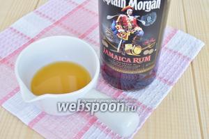 Для пропитки ром смешать с соком и пропитать коржи. Если готовите детям замените ром на сироп, можно взять сироп от домашнего варенья.