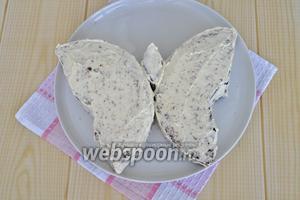 Сформировать «бабочку», промазать кремом слои, боковые поверхности. На это уйдёт примерно ⅔ крема.