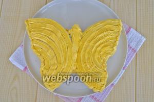 Окрасить часть крема жёлтым красителем и порыть «бабочку».
