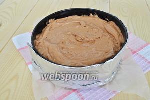 Вылить тесто в форму 22 см. Обернуть форму фольгой, в которую завёрнута влажная бумажная салфетка для равномерного выпекания и поставить в разогретую до 160 ºC духовку на 1 час.
