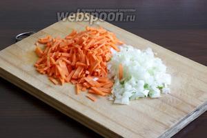 Лук нарезать очень мелко, не люблю крупно плавающих хлопьев вареного лука. Морковь измельчить удобным способом. Часть лука и моркови добавить в бульон. Хорошо еще положить туда один лавровый листик.