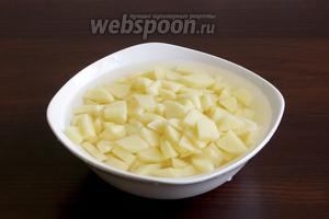 Молодой картофель очистить и нарезать мелкими кубиками. Я часто заливаю его водой и промываю от лишнего крахмала. Но это по желанию, конечно.
