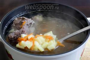 Когда мясо почти сварится, добавить картофель в бульон.