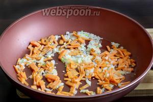 Оставшийся лук и морковь поджарить на растительном масле. Добавить в бульон.
