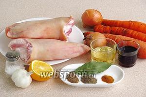Для приготовления закуски нужно взять свиные уши, репчатый лук, свежую морковь, чеснок, соевый соус, масло подсолнечное рафинированное, лимонный сок, молотые пряности (кориандр, перец чёрный и перец красный острый), лавровый лист, зелень петрушки и соль.