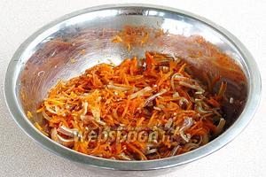 Все ингредиенты тщательно перемешать. Закуску поставить для маринования в холодильник на 8 часов.