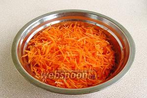 Морковь очистить, вымыть, обсушить и натереть на тёрке для приготовления моркови по-корейски.