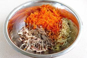 Соединить в большой миске нарезанные уши, морковь, лук и чеснок, полить лимонным соком и соевым соусом и посыпать молотыми пряностями.