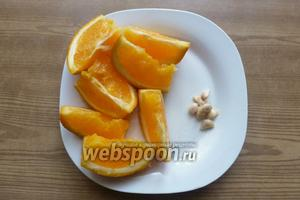Апельсин хорошо вымоем, обдадим кипятком. Разрежем на дольки и вытащим все косточки.